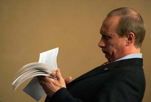 بوتين يسجّل ملاحظاته قبل لقائه نظيره الكرواتي في زاغرب أمس (دامير ساغولج - رويترز)