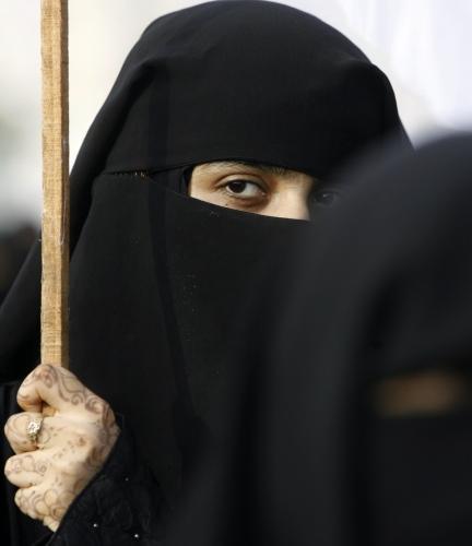 معارضة باكستانية تشارك في تظاهرة ضد الحكومة في كراتشي أمس (أثار حسين - رويترز)