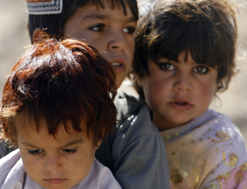 أطفال أفغان أثناء فرارهم من قندهار أمس (غوران توماسيفيتش - رويترز)