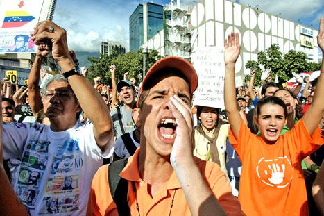 تظاهرة ضد التعديلات الدستوريّة التي يقترحها تشافيز في كاراكاس أمس (خوان باريتو - أ ف ب)