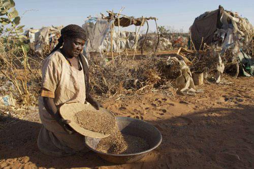 لاجئة سودانيّة في دارفور في السودان أمس (بيتر ستيفان - إي بي أي)
