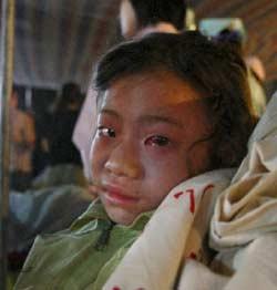 طالبة صينيّة أُصيبَت بجروح في الزلزال في منطقة ليانبينغ أمس (رويترز)