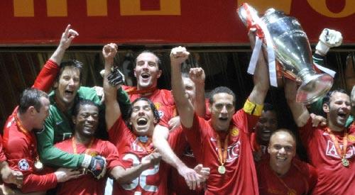 لاعبو فريق مانشستر يونايتد يرفعون كأس أوروبا (فرانك فيف  ــ أ ف ب)