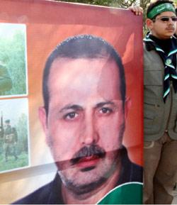 مناصر لـ «حماس» يرفع صورة المبحوح في مخيم اليرموك في سوريا (خالد الحريري - رويترز)