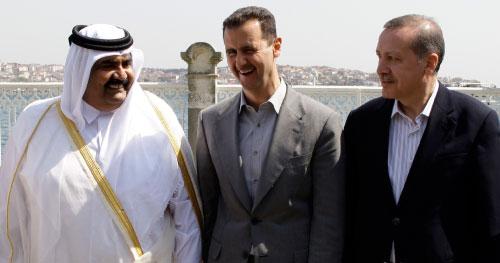 الأسد متوسّطاً أردوغان وأمير قطر في اسطنبول أمس (ابراهيم أسطا ــ أ ب)