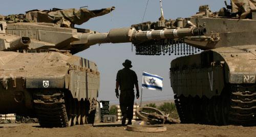 جندي اسرائيلي يتوسط دبابتين في مرتفعات الجولان (أرشيف ــ أ ب)