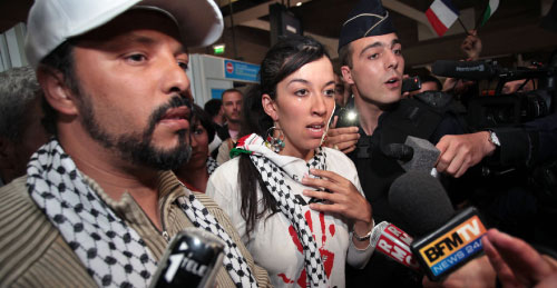 ناشطون فرنسيون لدى وصولهم إلى مطار بلادهم أمس (تيبولت كامو ــ أ ب)