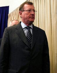 الإيرلندي ديفيد تريمبل مغادراً القاعة التي شهدت افتتاح أعمال اللجنة (رونين زفولون ـــ رويترز)