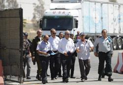 ميتشل خلال زيارته معبر كرم أبو سالم على الحدود مع غزة أمس (د. بيوموفيتش - أ ب)