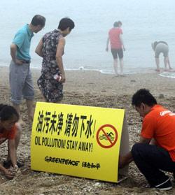 «غرين بيس» تضع لافتة تحذيرية من المياه الملوثة في الصين (جيانغ هي ــ أ ف ب)
