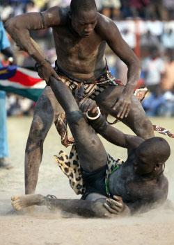مقاتلان من قبيلة الدينكا في عرض استعراضي (بنديكت ديسروس - رويترز)