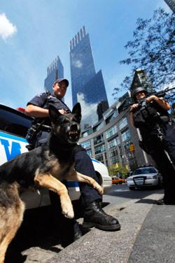 لا تزال الإجراءات الأمنية مشددة حتى في موقع الهجوم في نيويورك (لوكاس جاكسون ــ رويترز)
