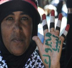 يمنية تهنئ الشعب الليبي على طريقتها (محمد الصياغي ــ رويترز)