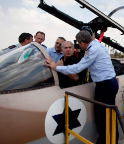 نتنياهو والقائد السابق لسلاح الطيران الإسرائيلي نوحشتان (رويترز)