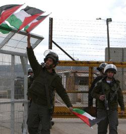 على سياج سجن عوفر الاسرائيلي في الضفة (عباس موماني ـ أ ف ب)