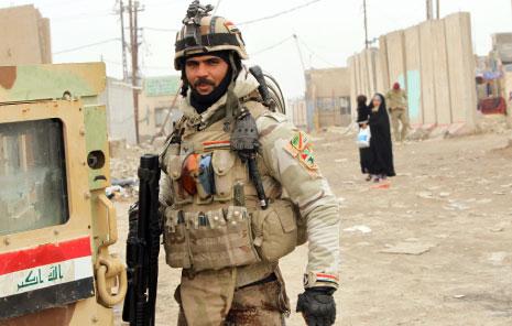 21 سقطوا أمس ما بين قتيل وجريح في اشتباكات بين قوات الجيش و«داعش» (علي السعدي،أ ف ب)