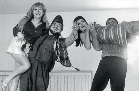 الأخوان سعادة، يحملان الممثلتين المصريتين نبيلة عبيد وسامية شكري عام 1969