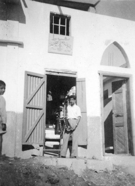 قبل عام 1948: اسماعيل شموط أمام مرسمه الأول في اللد حيث كان يعمل على تزيين فساتين العرائس
