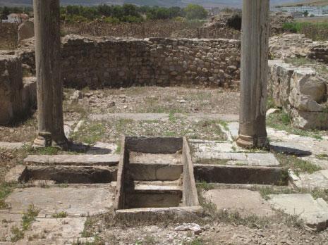 جرن المعمودية في كاتدرائية مسيحية عتيقة في تونس، القرن السادس. (Robin M. Jensen)