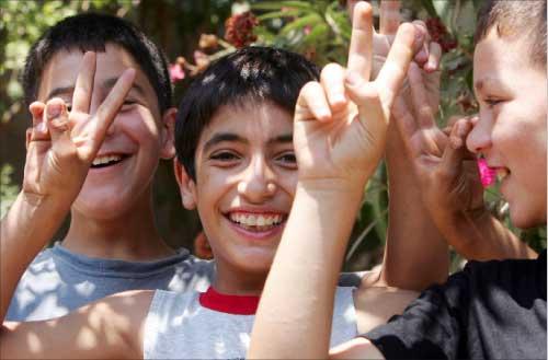 بشارات النصر رسم أطفال ياطر فرحتهم بالعودة إليها (وائل اللادقي)