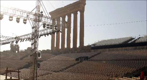 المقاعد وخشبة المسرح في بعلبك في انتظار فيروز وجمهورها (أ ف ب)