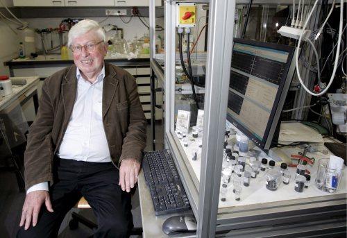 جيرهارد آرتل في مختبره (د ب أ)