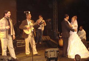 عروسان يحتفلان بزواجهما خلال الحفلة في «حديقة الأزهر»