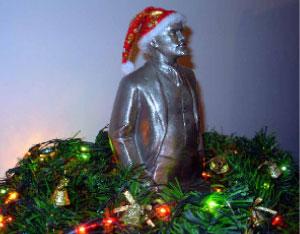 تمثال لينين مزيّن في منزل شحادة