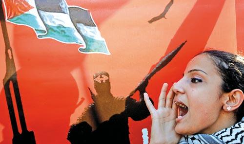صرخة الى ضمائر الحكّام العرب لوقف المجازر الاسرائيلية في غزّة أطلقتها المنظمات الشبابية والطالبية امس في اعتصام أمام مقرّ جامعة الدول العربية في بيروت (وائل اللادقي)