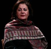 جليلة بكّار أثناء عرض «خمسون» على مسرح دوّار الشمس (بيروت)