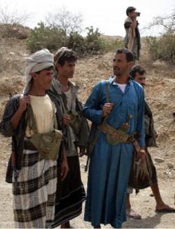 حوثيون يشرفون على عمليات فتح احدى الطرق تطبيقاً لشروط وقف اطلاق النار (أ ف ب)
