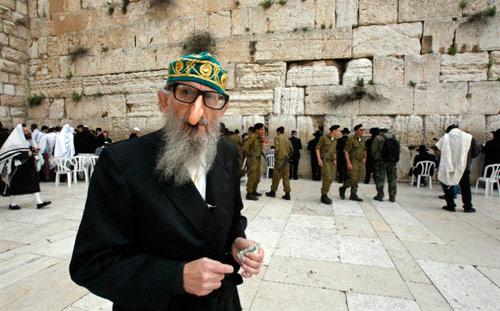 يهودي متدين في البلدة القديمة للقدس المحتلة أمس (غل كوهن ماغن - رويترز)