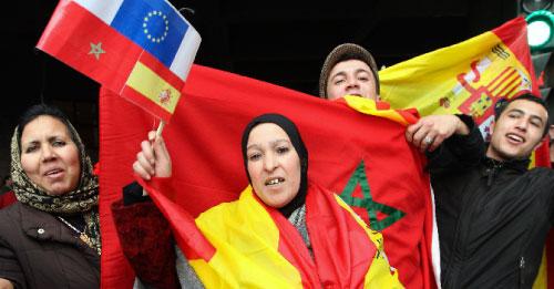 مغاربة يحتفلون بالقمة الأوروبية ــ المغربية في غرناطة (بيبي مارين ــ رويترز)