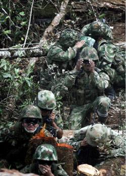 جنود كولومبيون في ولاية كاكويتا الشهر الماضي (فرناندو فرغارا)