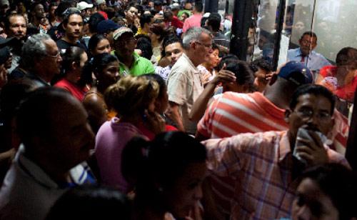 زحام على إحدى محطات الحافلات في كراكاس بعدما مدّد تشافيز عطلة الفصح لاحتواء أزمة الطاقة (كارلوس غارسيا ــ رويترز)