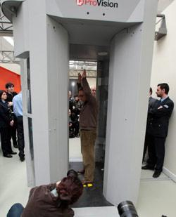 مسافر يخضع للمسح الضوئي في مطار روما الدولي قبل أسابيع (جورجيو بورغيا ــ أ ب)