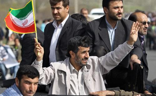 نجاد خلال جولته في مدينة ارومية شمال غرب ايران (حامد مالك بور ــ أ ب)