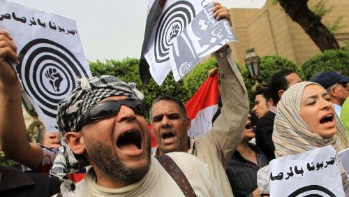 نشطاء «حركة 6 نيسان» يهتفون احتجاجاً على مقترحات بضرب المتظاهرين بالرصاص أمام مجلس الشعب أمس (خالد دسوقي - أ ف ب)