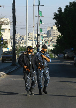 شرطيان من «حماس» في أحد شوارع غزّة (نحند عابد ــ أ ف ب)