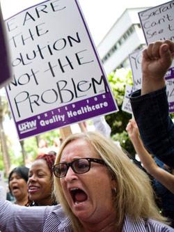 تظاهرة ضدّ خطة موازنة حاكم ولاية كاليفورنيا التقشفية الأسبوع الماضي (ماكس ويتيكير ـ رويترز)