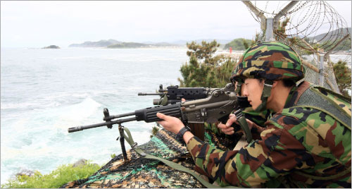 جندي كوري جنوبي في وضعية قتال في كانغنونغ شرق سيول أمس (يو هونغ جاي ــ أ ب)