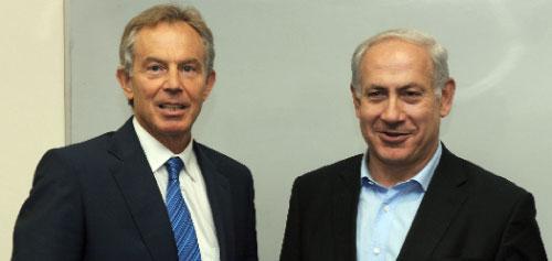 نتنياهو ومبعوث الرباعية الدولية طوني بلير في تل أبيب أمس (موشيه ميلنر - أ ف ب)