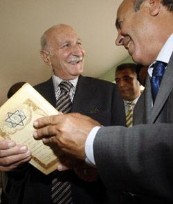 عميد كلية بغداد للغات طالب القرشي يحمل كتاباً عبرياً (صباح عرر ـــ أ ف ب)