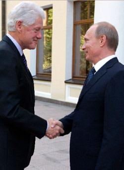بوتين يستقبل كلينتون في موسكو أول من أمس (ألكسي دروزنين ـ رويترز)