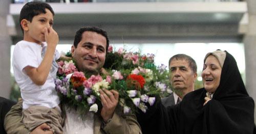 عائلة أميري خلال استقباله في مطار طهران أمس (عطا كناري - أ ف ب)