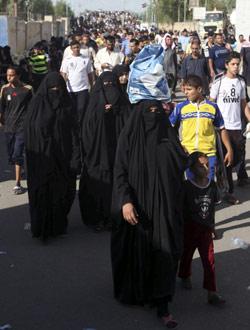 يتّجهون نحو الكاظمية لإحياء ذكرى الإمام موسى الكاظم في الثامن من الشهر الجاري (كريم كاظم ــ أ ب)