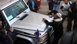 غزيون يعترضون سيارة أليو ماري أمس (أ ف ب)