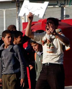 متظاهر سوري في درعا (خالد الحريري ــ رويترز)