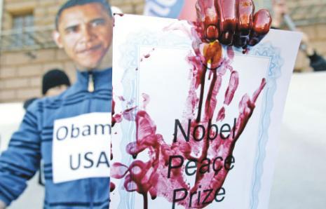 تظاهرة معارضة للتدخل الأجنبي في ليبيا أمام السفارة الأميركية في موسكو (إيفان سكريتاريف ــ أ ب)