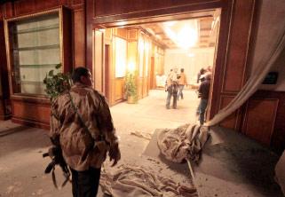 عنصر ليبي في منطقة باب العزيزية أمس اثر قصف مكتب القذافي (لوافي لاربي ـ رويترز)
